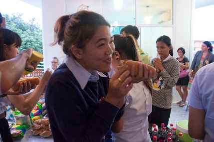 The hot dogs we served at the cultural exchange were gone within an hour!
